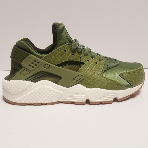 sports shoes d7720 dadde Nike Air Huarache Women s Running Shoes Green. M 5b3fd708baebf640fc51fbff